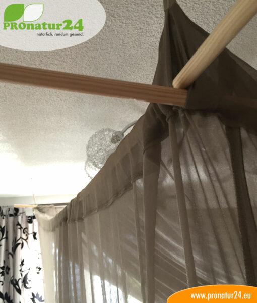 Holzstäbe stabilieren die Kastenform vom Baldachin
